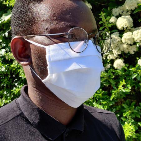 Masque barrière en tissu blanc sur modèle