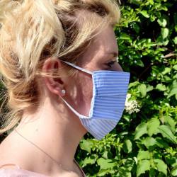 Masque barrière en tissu - Petites rayures bleu clair et blanc sur modèle
