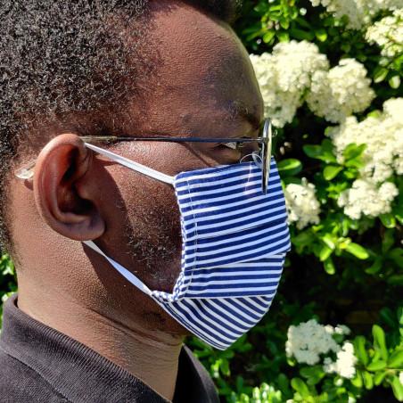 Masque barrière en tissu - Grandes rayures noir et blanc sur modèle