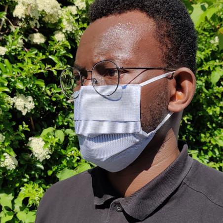 Masque barrière en tissu - Petites rayures noir et blanc sur modèle